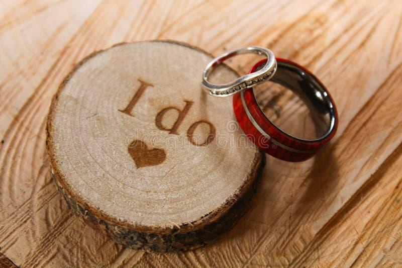 Обручальные кольца невесты & Groom стоковая фотография