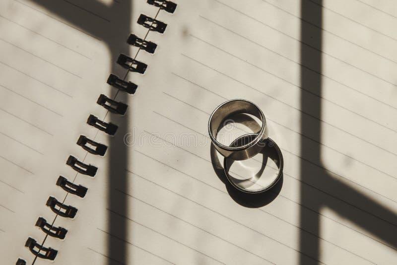 Обручальные кольца помещенные на книге стоковое фото rf