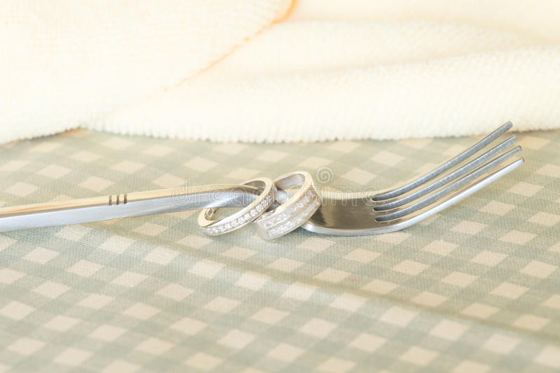 Обручальные кольца с вилкой стоковое фото rf