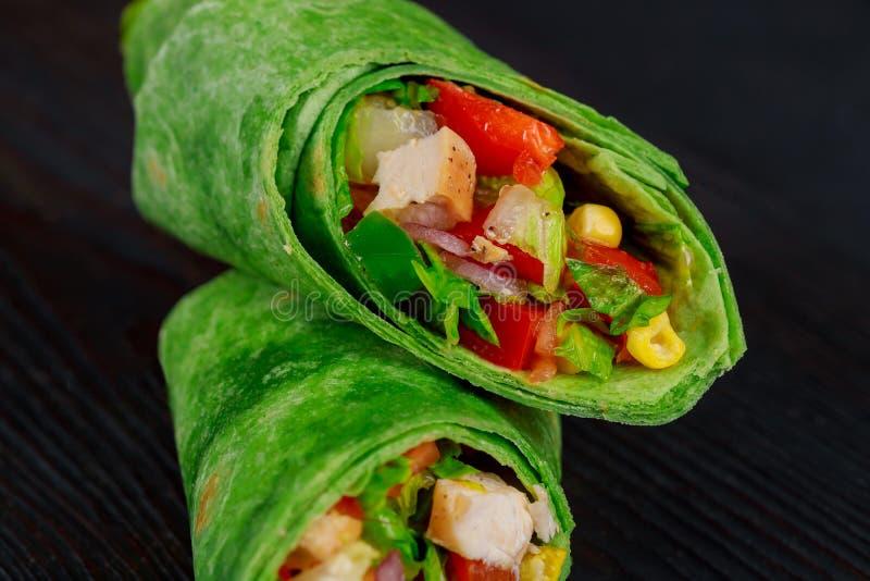 Обручи буррито с говядиной и овощами на черной предпосылке Буррито говядины, мексиканская еда стоковая фотография