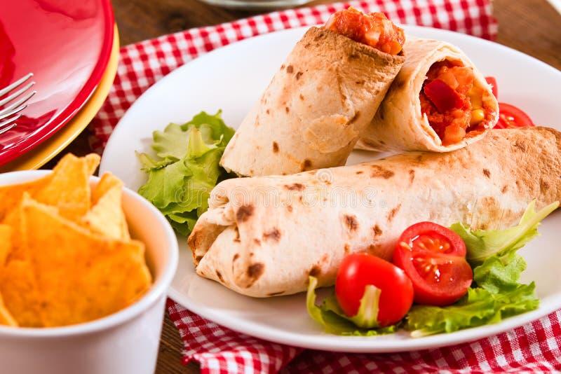Обручи Tortilla с цыпленком и овощем стоковое фото