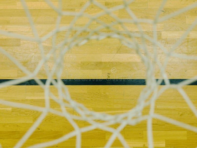 Обруч баскетбола в зале спорт Посмотрите вниз через белую сеть строки, доску твёрдой древесины стоковые изображения rf