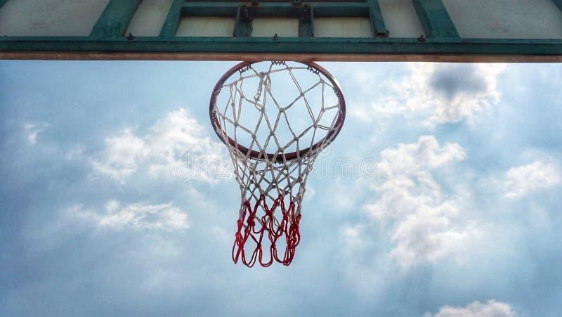 Обруч баскетбола и голубое небо стоковые фотографии rf