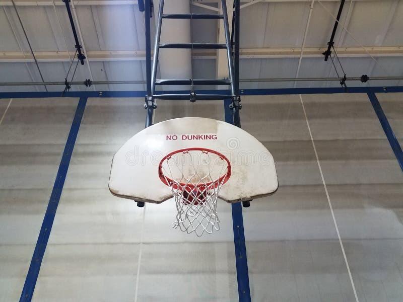 Обруч баскетбола с бакбортом не говоря никакой dunking стоковое изображение