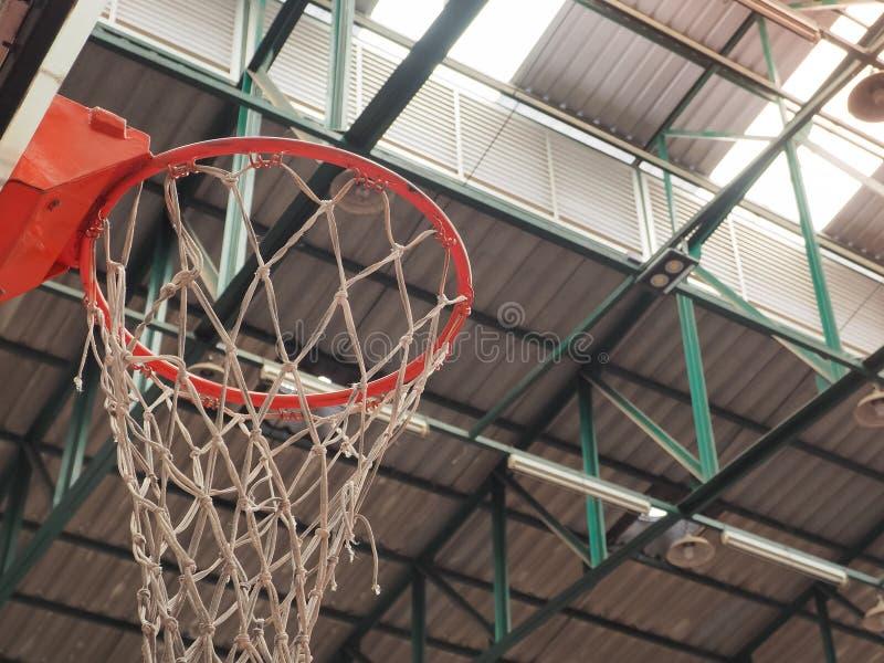 Обруч баскетбола в зале спорта стоковое изображение rf