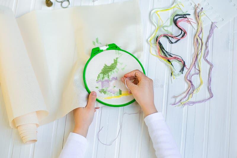 Обруч вышивки с пустой тканью, покрашенными шить потоками и различными шить кнопками стоковые изображения