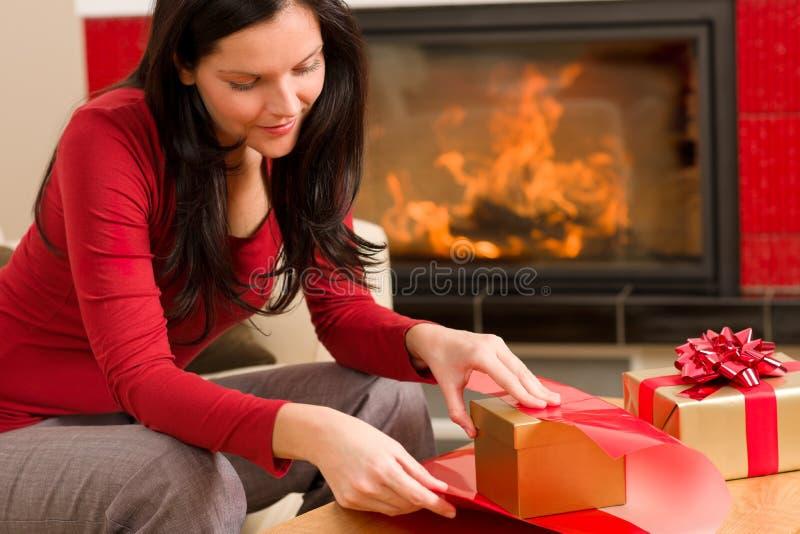 обруч женщины камина рождества счастливый домашний присутствующий стоковое фото rf