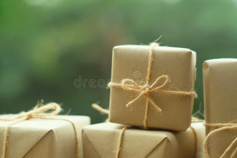 Обруч пакета подарочных коробок простого eco дружелюбный с коричневой бумагой, зеленой присутствующей концепцией, космосом экземп стоковые фотографии rf