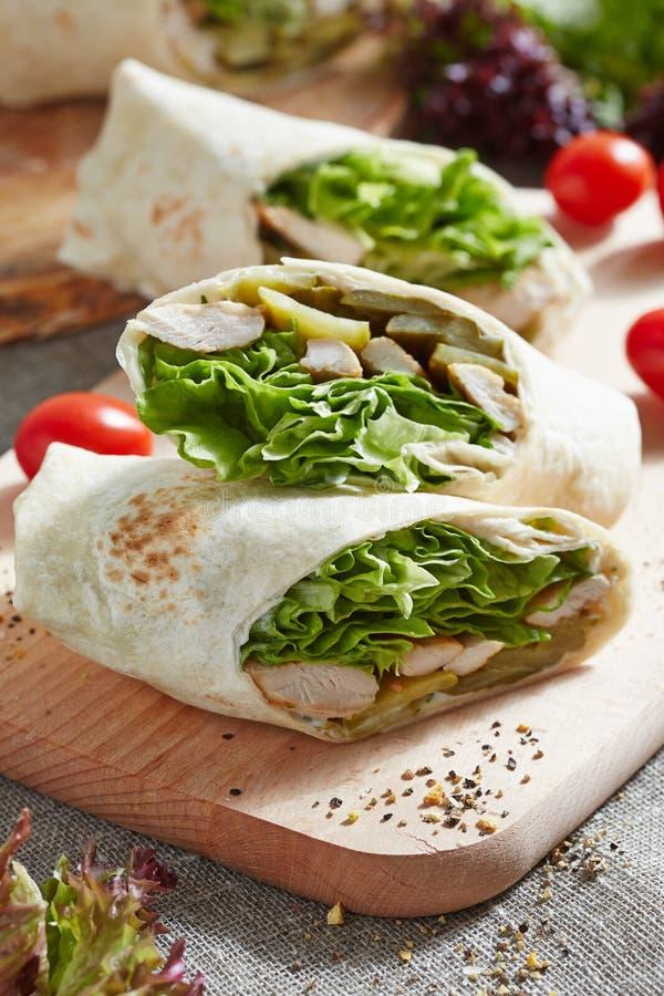 Обруч с цыпленком и салатом стоковое изображение rf