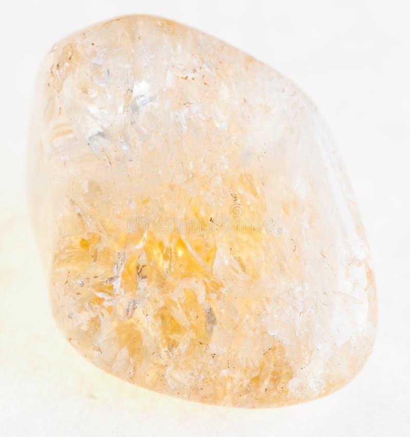 обрушенная драгоценная камень цитрина (желтого кварца) на белизне стоковое изображение rf