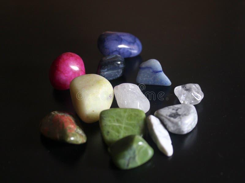 Обрушенные камни на черной предпосылке стоковая фотография