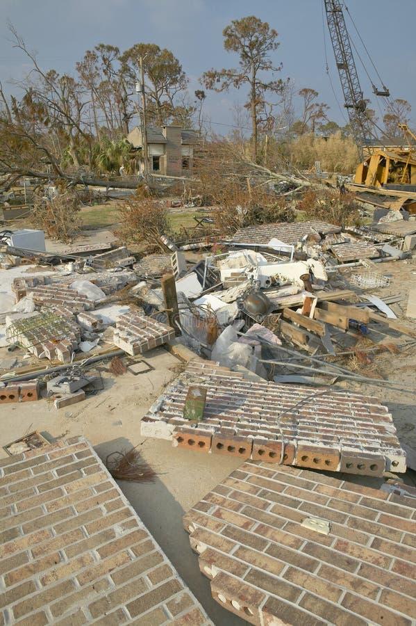 Обрушенные кирпичная стена и твердые частицы перед домом тяжело ударили ураганом Иваном в Pensacola Флориде стоковое изображение rf