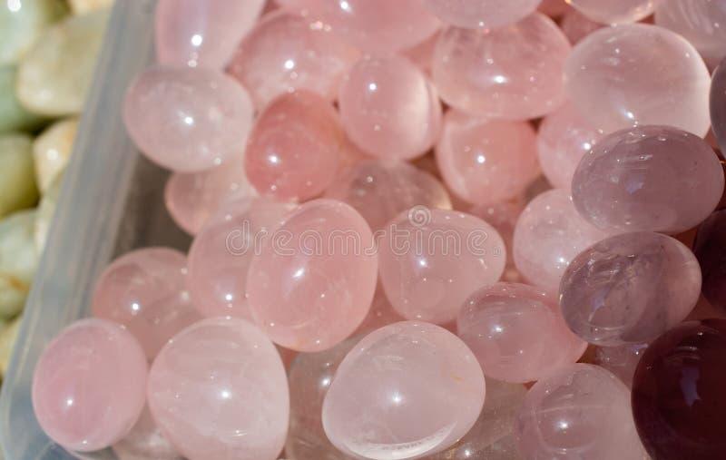 Обрушенный камень самоцвета розового кварца как минеральный утес стоковые фотографии rf