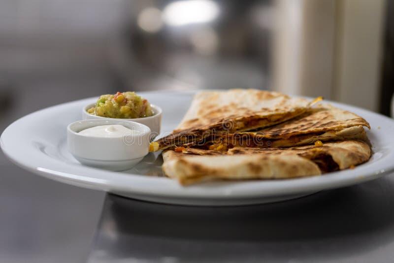 Обслуживаемый quesadilla с соусами стоковые изображения rf