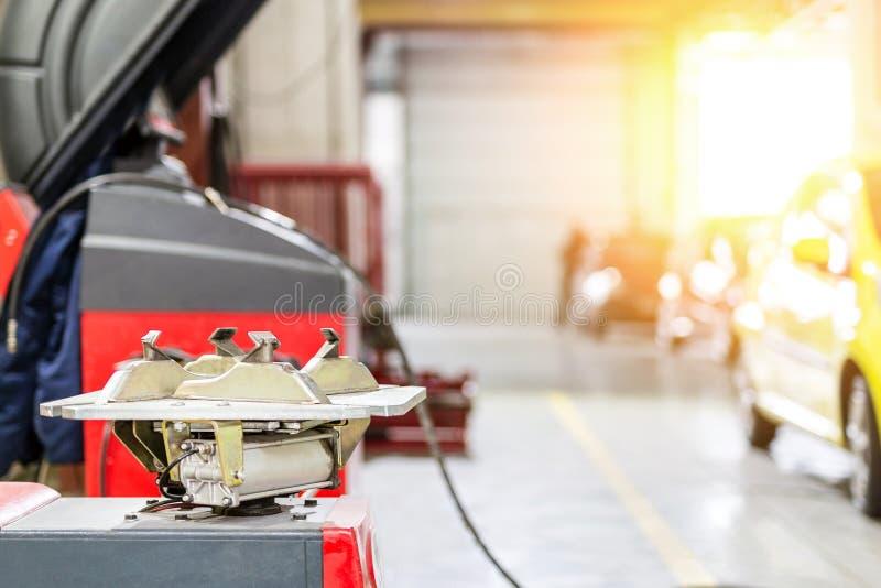 Обслуживание и пункт обслуживания автомобиля Оборудование ремонта и замены автошины корабля Сезонное изменение автошины стоковые изображения rf