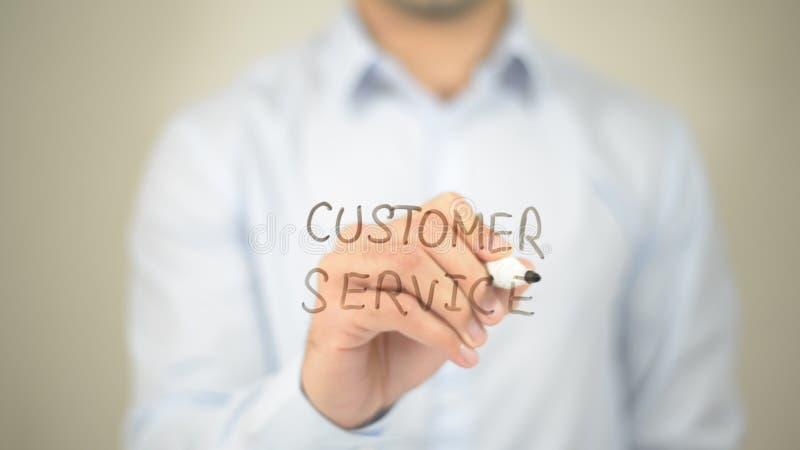 Обслуживание клиента, сочинительство человека на прозрачном экране стоковые изображения rf