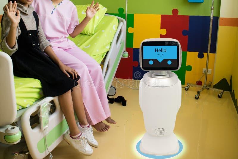Обслуживание робота в медицинском разговаривать с пациентом на терпеливой комнате i стоковое фото