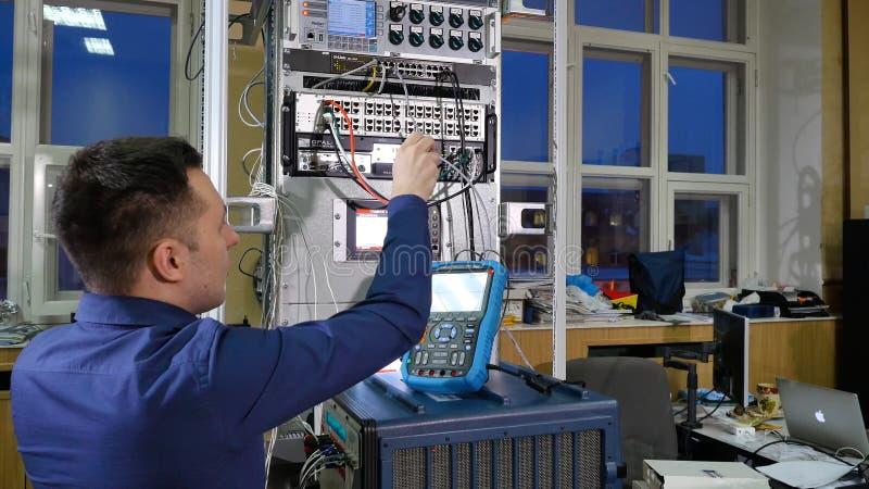 Обслуживание сети администратор инженера сети проверяя оборудование оборудования сервера центра данных стоковое фото rf