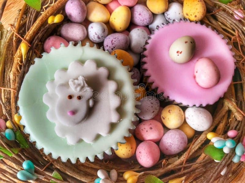 Обслуживания пасхи, замороженные пирожные и пасхальные яйца, плоская положенная фотография еды стоковое фото