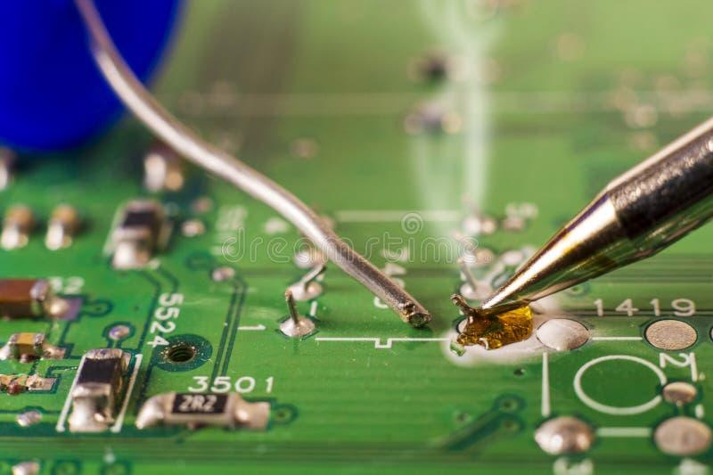 Обслуживания производства электроники, паять электронной доски стоковые фото