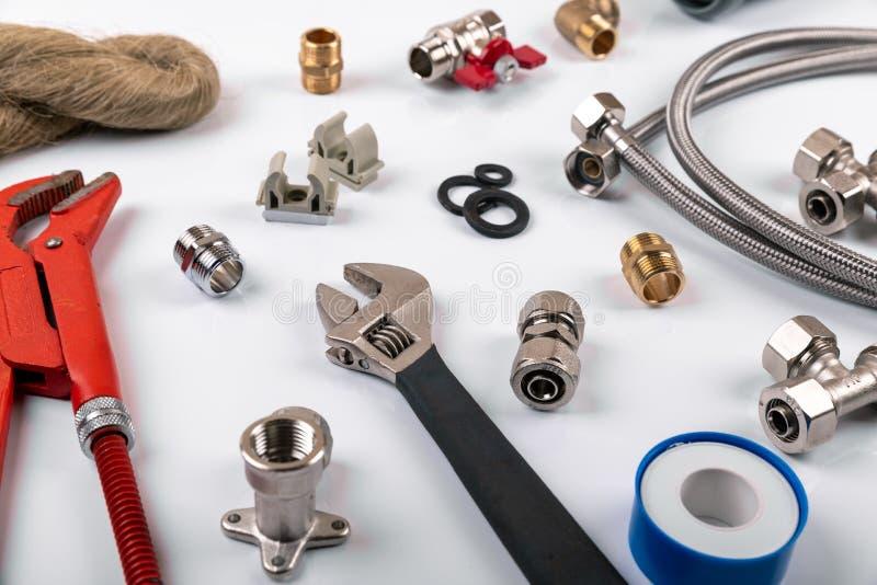 Обслуживания трубопровода - инструменты и аксессуары на белой предпосылке стоковая фотография rf