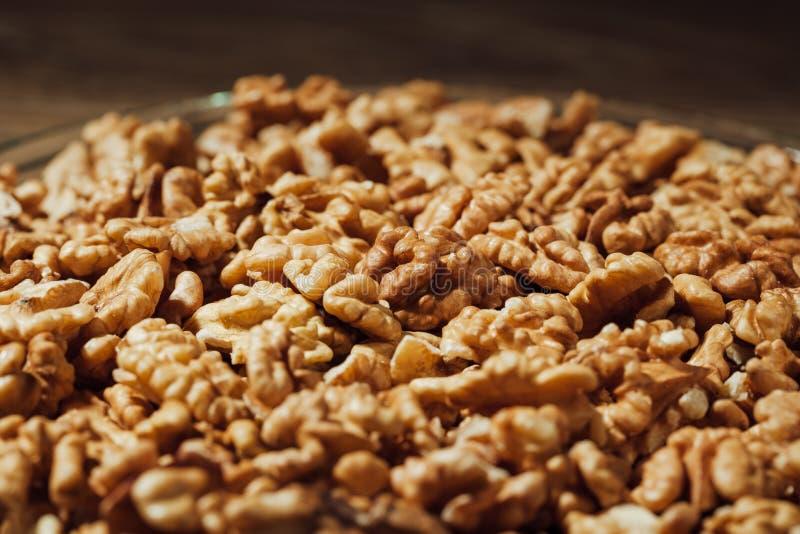 Обстреливаемые грецкие орехи на плите стоковые изображения