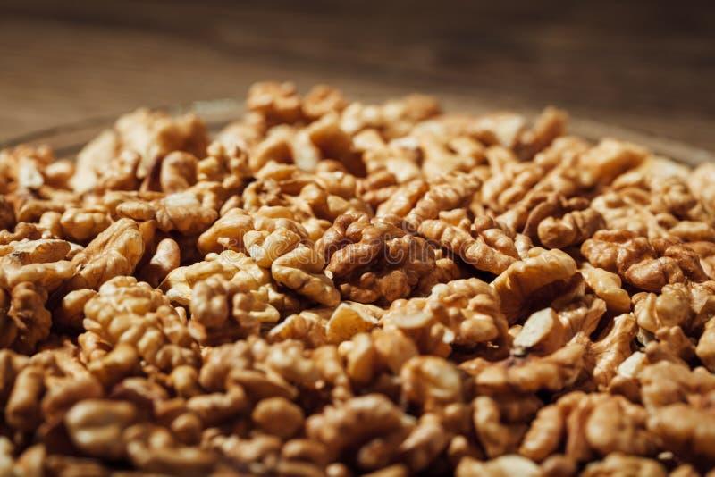 Обстреливаемые грецкие орехи на плите стоковое изображение