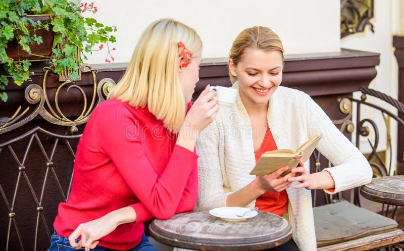 Обсуждать популярную книгу бестселлера Женская литература Запишите каждую девушку прочитать Подруги сидя терраса кафа стоковое изображение