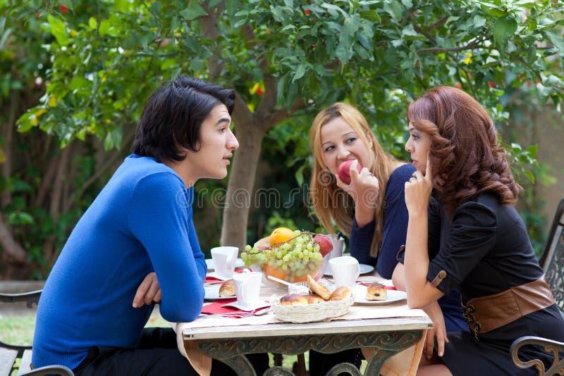 обсуждение кофе над серьезным стоковая фотография rf