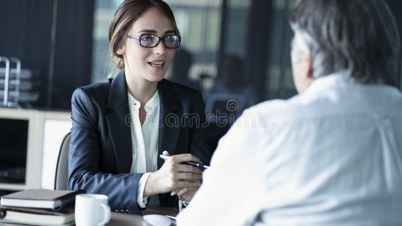 Обсуждения бизнесмены концепции советника стоковое изображение