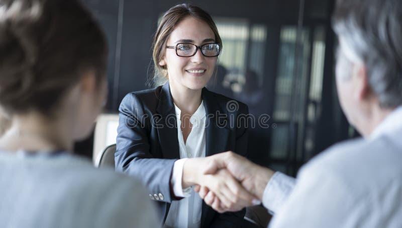 Обсуждения бизнесмены концепции советника стоковое изображение rf