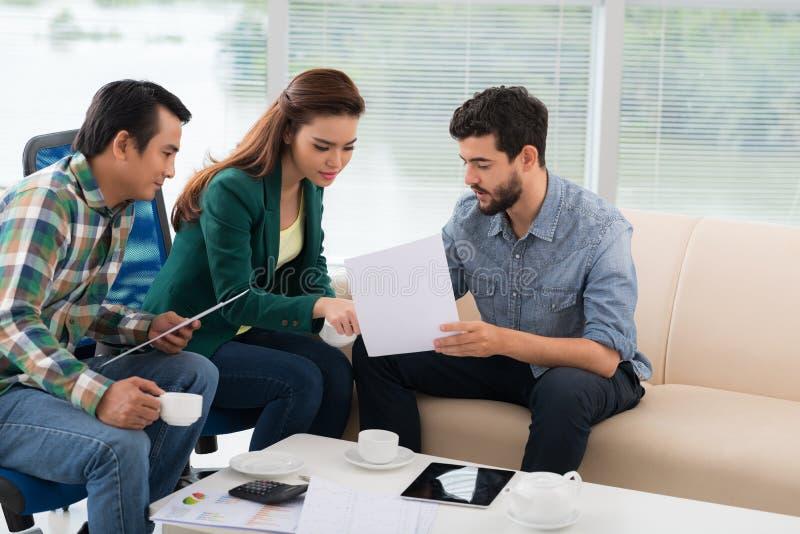 Обсуждать финансовые документы стоковое фото