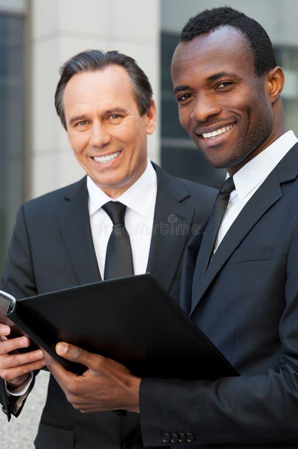 Download Обсуждающ контракт совместно Стоковое Изображение - изображение насчитывающей экспертиза, работа: 40584543