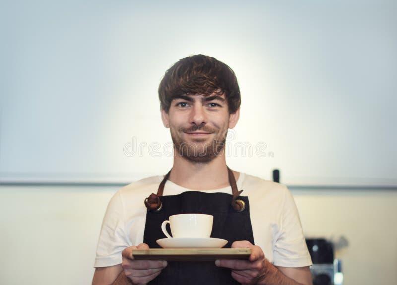 Обслуживайте концепцию сервировки кофейни кафа Barista ресторана стоковые фотографии rf