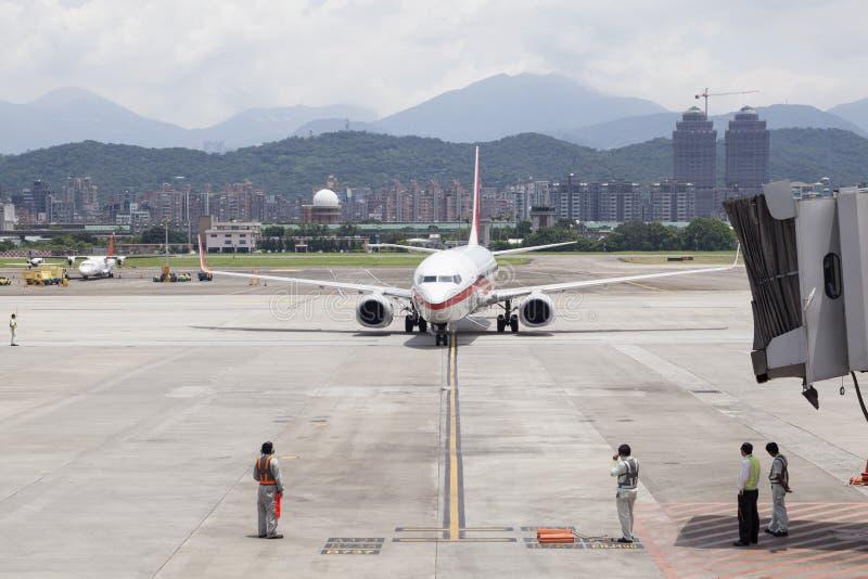 Обслуживание авиапорта земное ожидает воздушных судн причаливая с brid двигателя стоковые фото