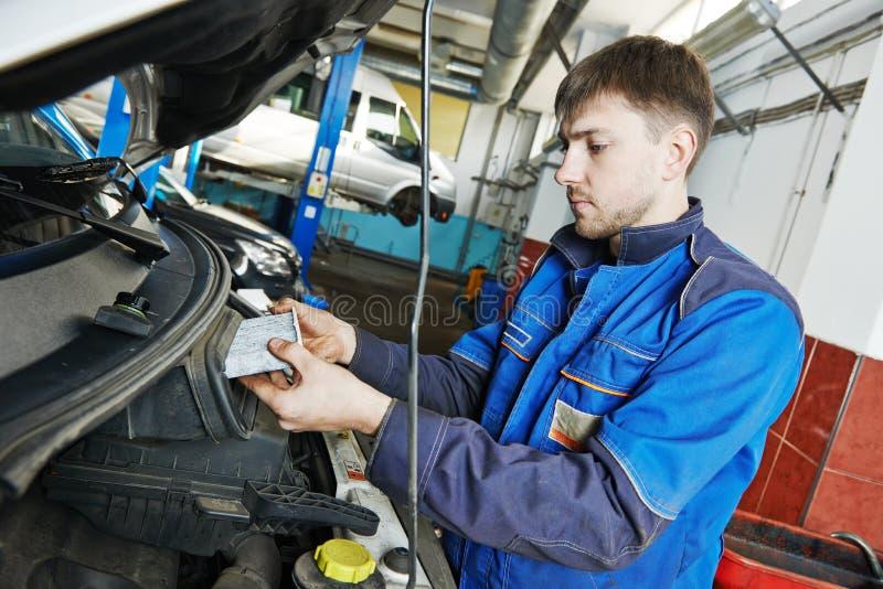 Обслуживание автомобиля, заменять воздушного фильтра стоковое изображение rf