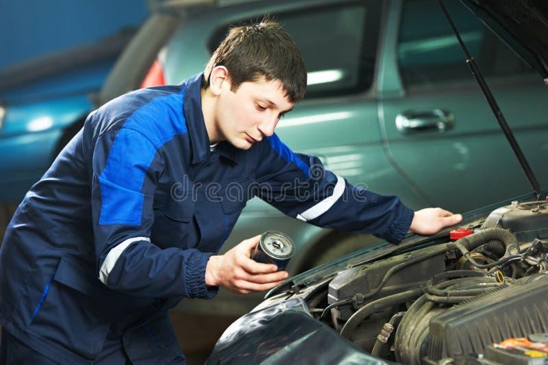 Обслуживание автомобиля - заменять масла стоковое фото rf