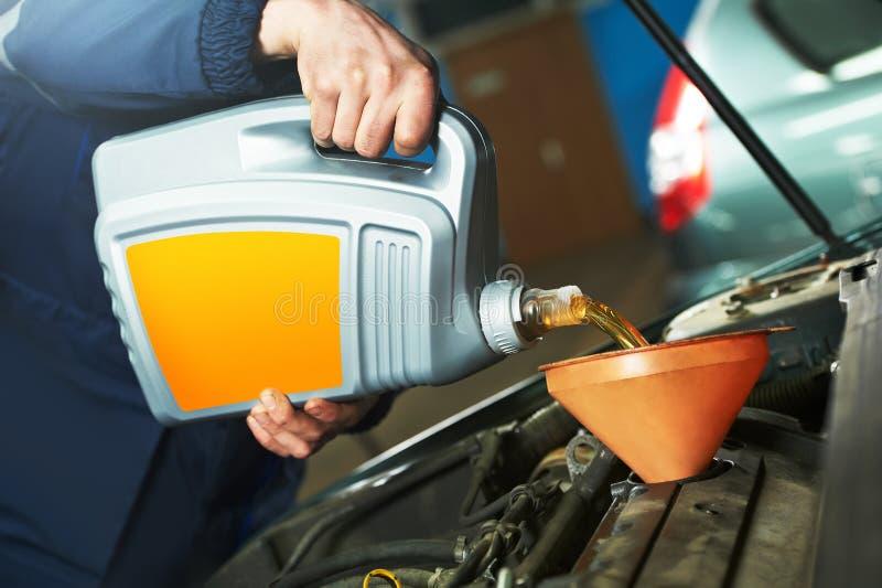 Обслуживание автомобиля - заменять масла стоковые изображения rf