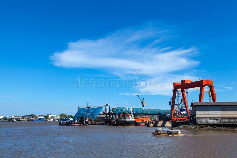 Обслуживание большого грузового корабля. стоковые фото