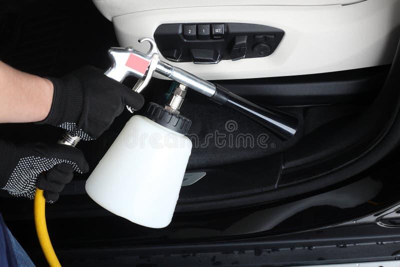 обслуживание замены масла автомобиля шара поднятое подъемом Стирка интерьера специальные уборщики стоковые фото