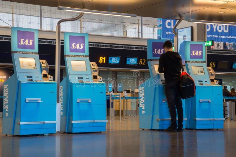 Обслуживание собственной личности проверяет внутри на авиапорте Arlanda, Стокгольме, Швеции стоковое фото