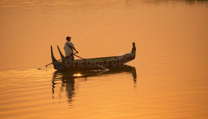 Обслуживание шлюпки Мьянмы для туризма в мосте Мандалае Myanm u Bein стоковые фото