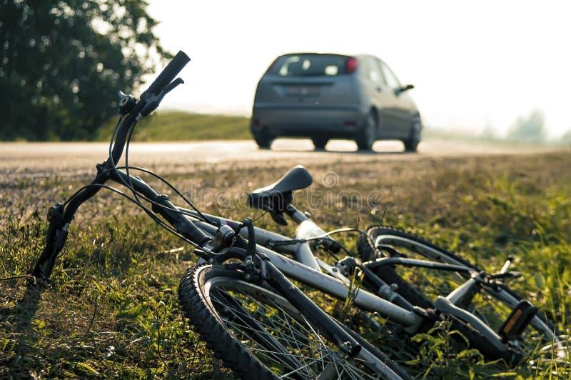 обслуживания дороги аварийной ситуации велосипеда предпосылки аварии лежа стоковое фото rf