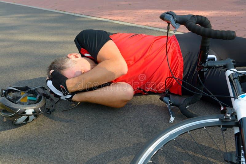 обслуживания дороги аварийной ситуации велосипеда предпосылки аварии лежа стоковые фотографии rf