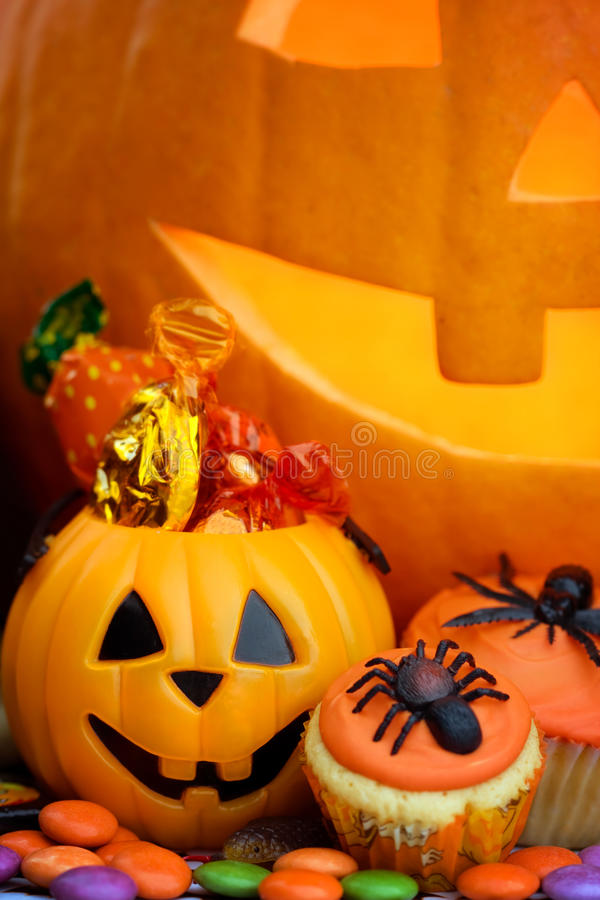 обслуживания постоянного посетителя halloween carmel яблока candied стоковые фотографии rf