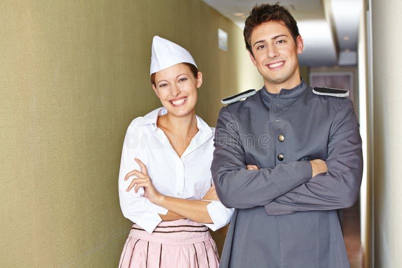 Обслуживающий персонал в гостинице при пересеченные оружия стоковая фотография rf