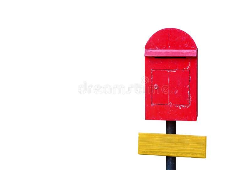 Обтравочный контур, старый красный деревянный почтовый ящик на черном столбе с пустым желтым деревянным знаком, изолированным на  стоковое фото rf