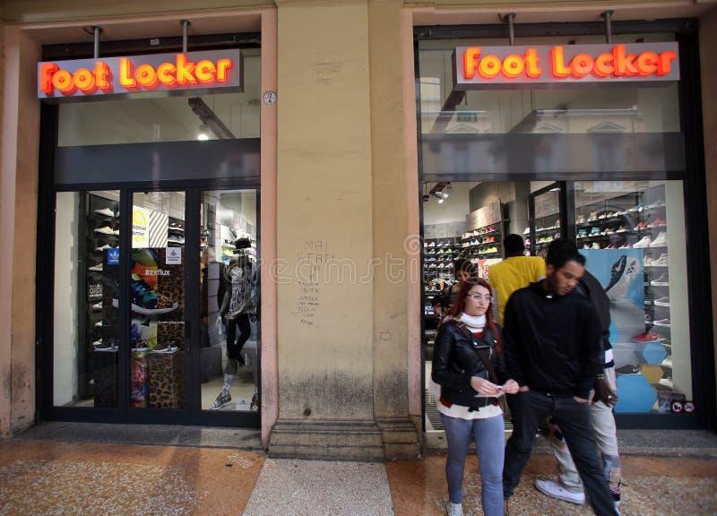 Обувной магазин FootLocker в Италии стоковые изображения rf