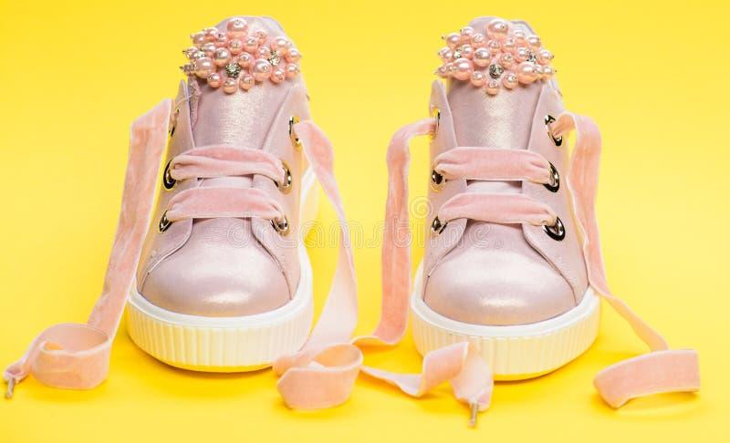 Обувь для девушек или женщин украшенных с жемчугом отбортовывает Пары бледного - розовые женские тапки с лентами бархата Дети стоковое изображение