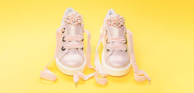 Обувь для девушек или женщин украшенных с жемчугом отбортовывает Пары бледного - розовые женские тапки с лентами бархата мило стоковые изображения rf